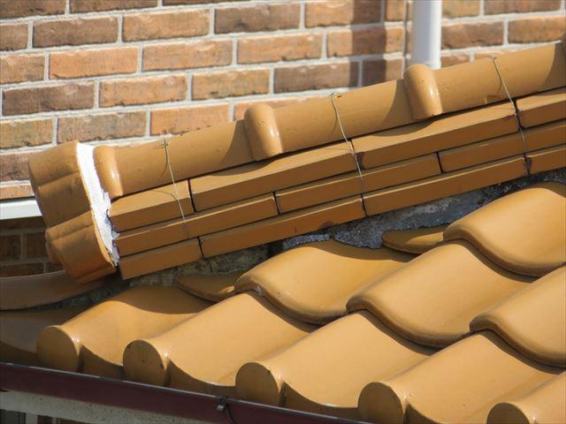 下り棟の熨斗瓦と鬼瓦、なんばん漆喰が面戸を守り、漆喰が棟と鬼瓦を守る