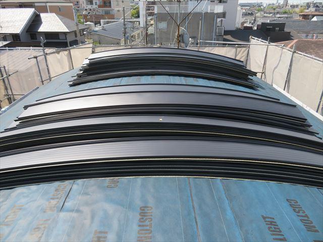 工場で成形された屋根材でもアール加工をするとねじれが生じるガルバリウム鋼板製屋根材JFE立平333