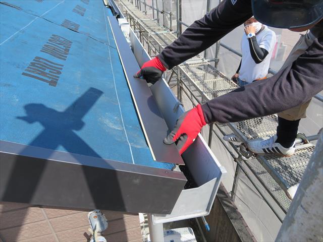 軒先に水切り板金が設置される理由は、屋根に降り注ぎ軒樋に流し込まれる水量が最も多い場所が軒先だから