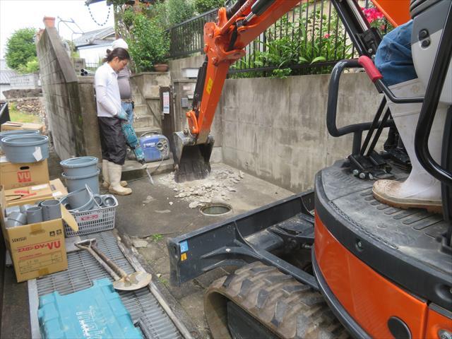ガレージ土間を生コンで打設して覆ってしまう前が、埋設排管類を敷設しなおす好機です。 プロパンから都市ガスへ、浄化槽から水洗へと工事費用が発生しますが、あとでやるより安く終わります。