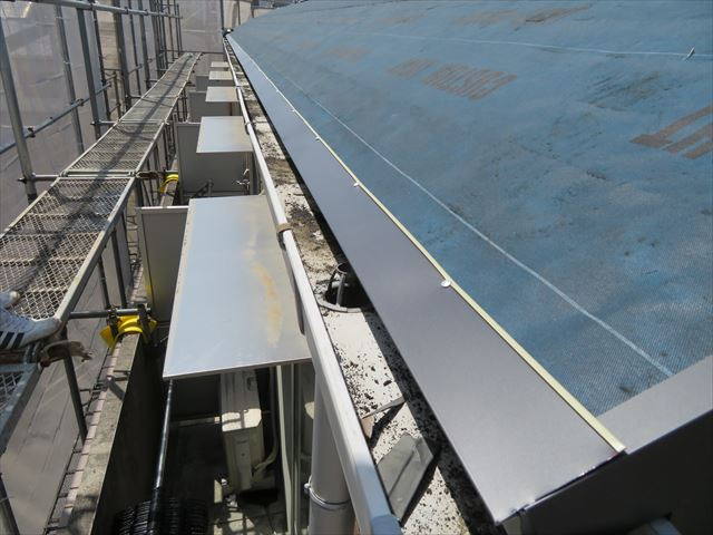 全長16mの軒先に屋根材と同材質であるガルバリウム鋼板製の水切り唐草が設置された