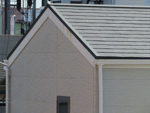 切妻屋根に葺かれたスレート屋根はカラーベストやコロニアルと言う呼び方で親しまれている普及商材