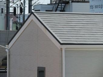 妻側のケラバと桁側の軒先(軒先には雨どいがありますが、けらばには雨どいがありません)