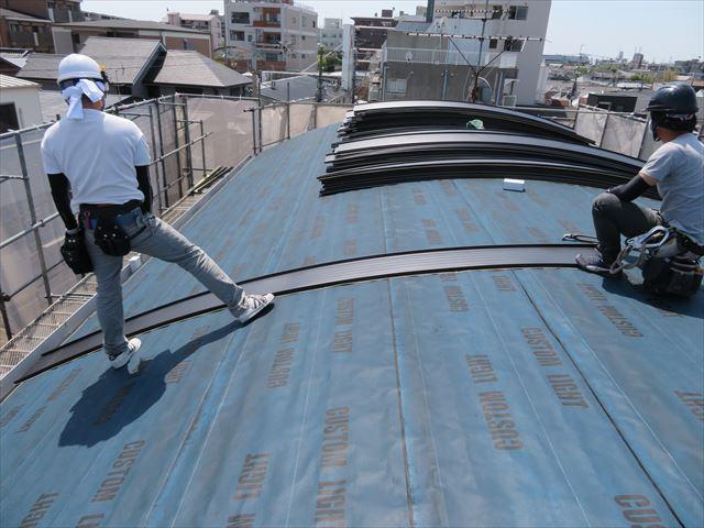 屋根の中央付近に基準として張られたガルバリウム鋼板製屋根材JFE立平333