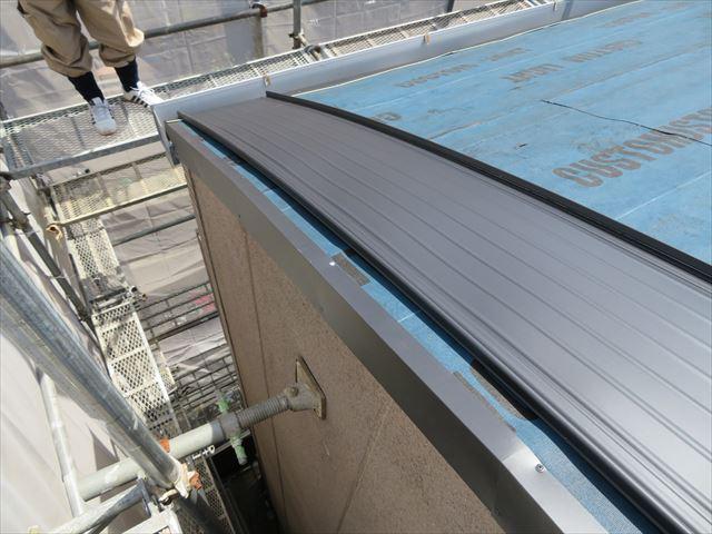 北側のケラバからガルバリウム鋼板立平を葺きはじめる