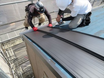 熟練者の経験と判断が屋根の仕上がりの美しさを決める