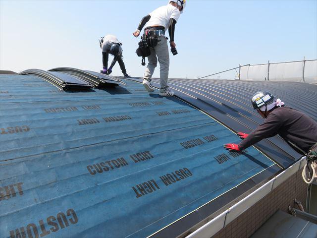 熟練の屋根職人は豊富な経験から施工上の注意点を見抜いて失敗がないように作業を進める