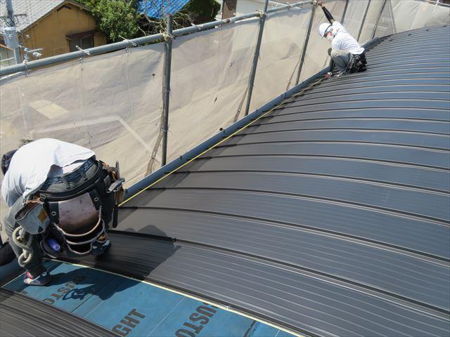 ガルバリウム鋼板製屋根材立平333は基準点からの距離を計測して上端と下端の開きが均等になっているか見ておく