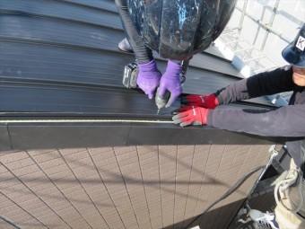 ケラバ板金をカバー設置した上から立平を被せて納めるので、さらに雨水が入りにくい構造になる
