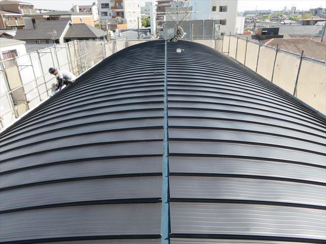 ガルバリウム鋼板製屋根材立平333が全部葺き終わり、体育館状の屋根に生まれ変わった