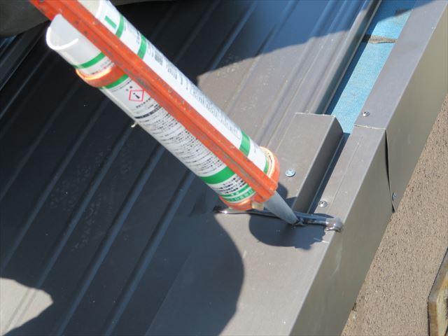 ケラバ板金の重ね代には十分にコーキングを充填しておき内部でシールされるようにする