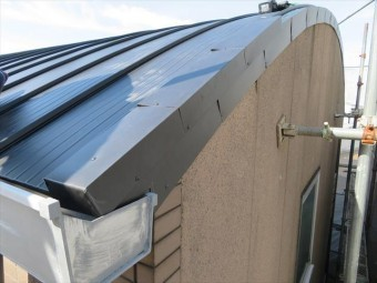 ケラバ板金仕上げは捨て板金を設置したうえで、屋根材本体を葺いた後、さらに化粧包みする