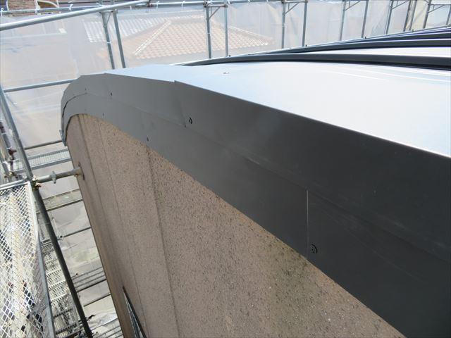 直線資材をカットして継いでいくことで曲線部分に対応するケラバ板金