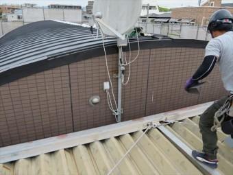 屋根にとって最大の敵は雨水の侵入ですが、雨水以外にも大きな敵が存在しています。台風や春一番、木枯らし、つむじ風、竜巻などに伴う強風が被害をもたらします。