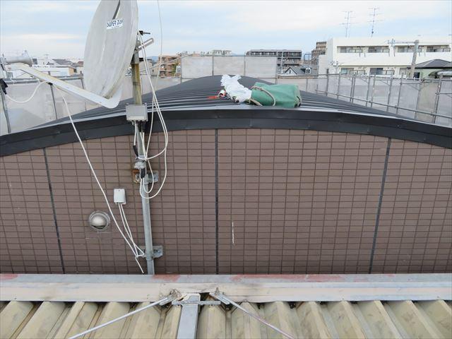 アーチ形状の屋根は頂上部分に勾配がほとんどない