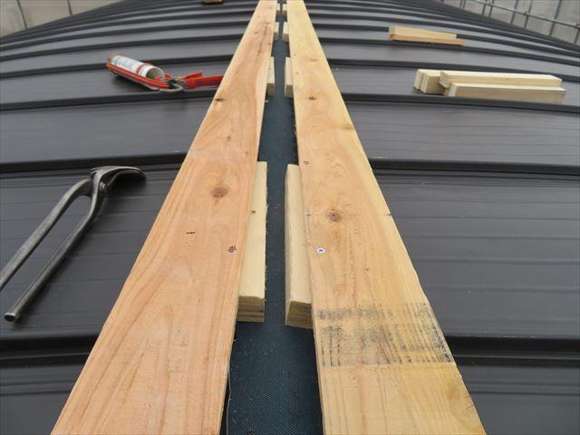大棟包み板金の下地には角材の下地と貫板で構成されている