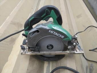 バルコニーの下地へは電動丸鋸で切れ目を入れていきます