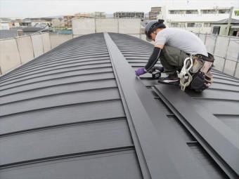 屋根全体を俯瞰してみると、屋根には様々な弱点があります。雨漏りしやすい箇所が弱点と言う事になりますが、棟、谷、壁との接合点、軒先が該当します。