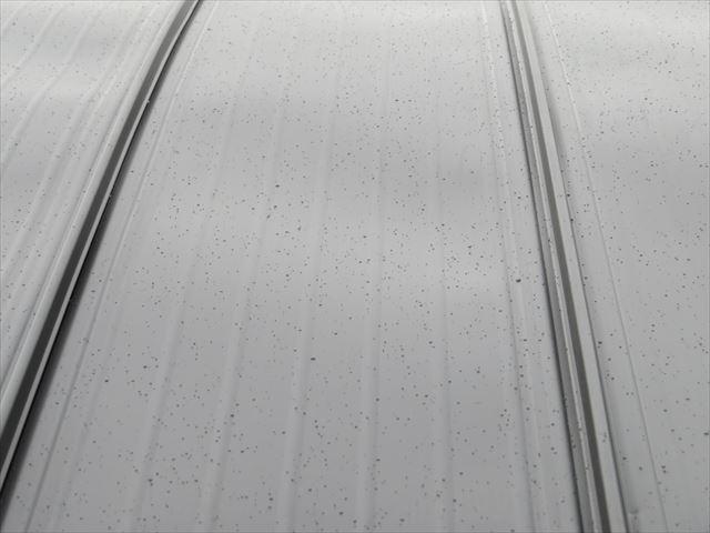 雨で濡れ始める屋根の表面はどんどん滑落の危険が高まる