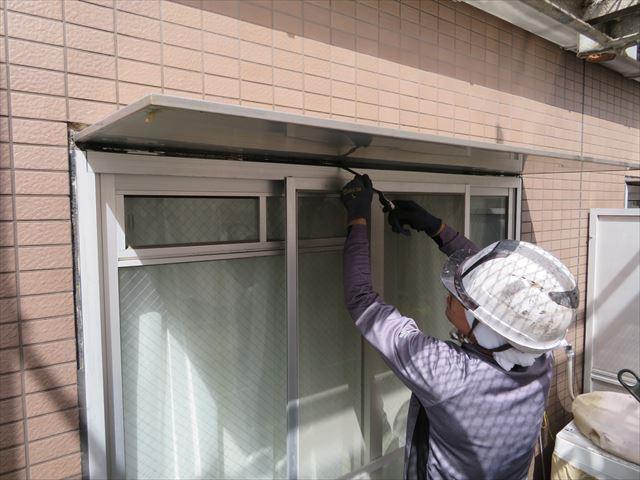 サッシ窓周囲に打たれている古いコーキングを撤去していく