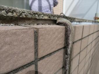 古く劣化が著しいコーキングを撤去すると、雨水が入り込む隙間がある事がはっきりと判る。