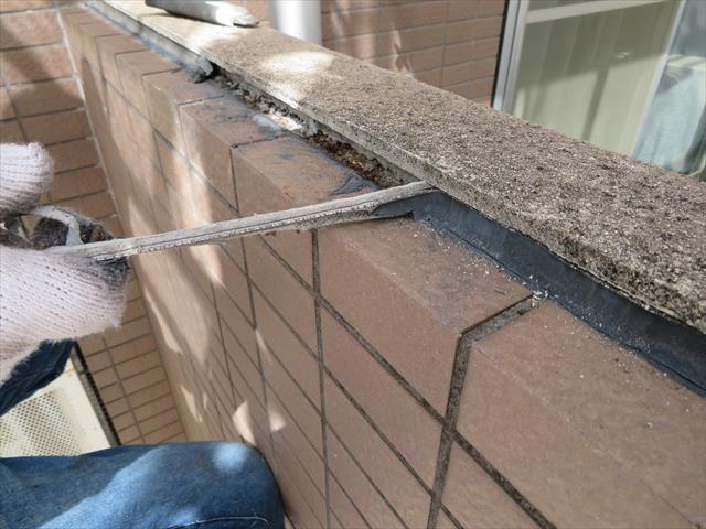 外壁干渉目地各部に打設されたコーキングが劣化しているので、撤去して新設します。増し打ちは絶対ダメです。
