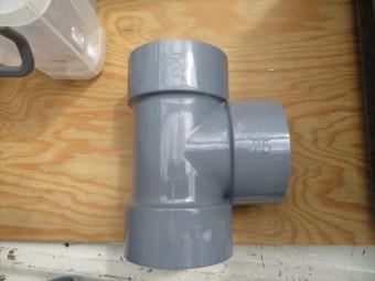 屋根の雨水を軒樋から集水される竪樋の分岐配管をチーズと言います。