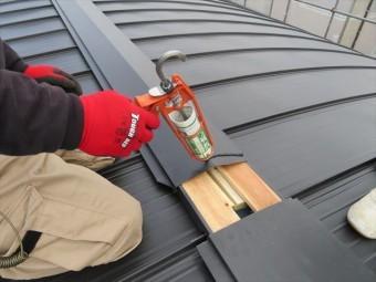 大棟板金の重ね代には必ずコーキング材を充填して防水を図る