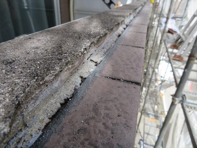コーキング材を撤去すると、外壁下地とタイルの接合点には、長い範囲で隙間がある事が解かる。