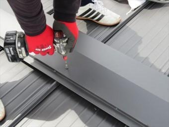 屋根材の上から垂直にビスや釘を打っている状態です。これがそんなに悪いのかと思うかもしれませんが、雨漏りの原因になります。