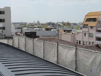 ガルバリウム鋼板でカバー工事が終わったマンションの屋根から南西側を望むと風の吹き抜ける場所である「風の通る道」があった