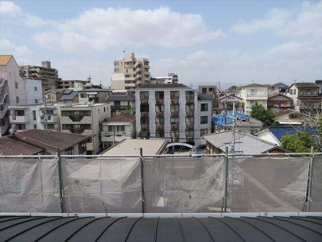 ガルバリウム鋼板でカバー工事が終わったマンションの屋根から西側を望む