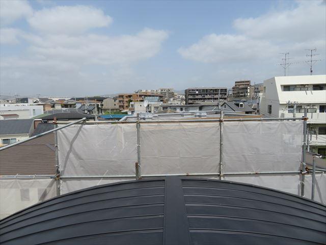 ガルバリウム鋼板でカバー工事が終わったマンションの屋根から北側を望む