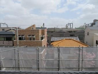 ガルバリウム鋼板でカバー工事が終わったマンションの屋根から東側を望む