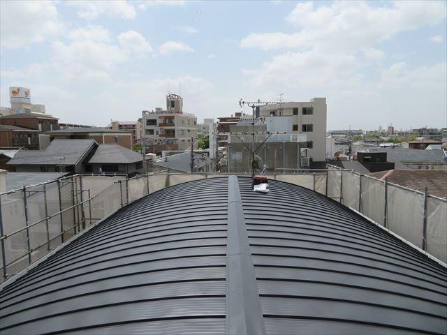 ガルバリウム鋼板でカバー工事が終わったマンションの屋根から南側を望む