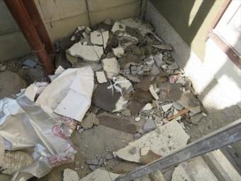 剥離してしまったモルタル壁面は、異常がない様に見えても、壁面として躯体の強度を保つことが出来ない状態にあるので、補修箇所全面を掻き落とします。