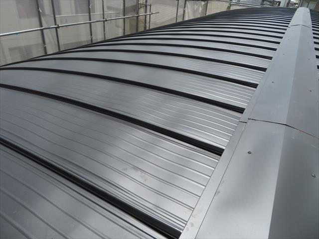 屋根のアンカーである棟包み板金の水平表面にビスや釘を打ち込んで固定すると雨漏りを誘発する脳天打ちと呼ばれる