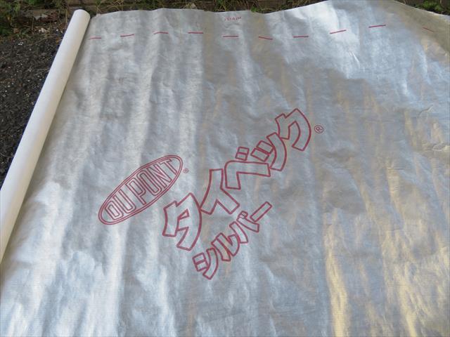 デュポン社のタイベックという防水紙を張り巡らせたうえで、ラス金網をタッカーで打ち付けます