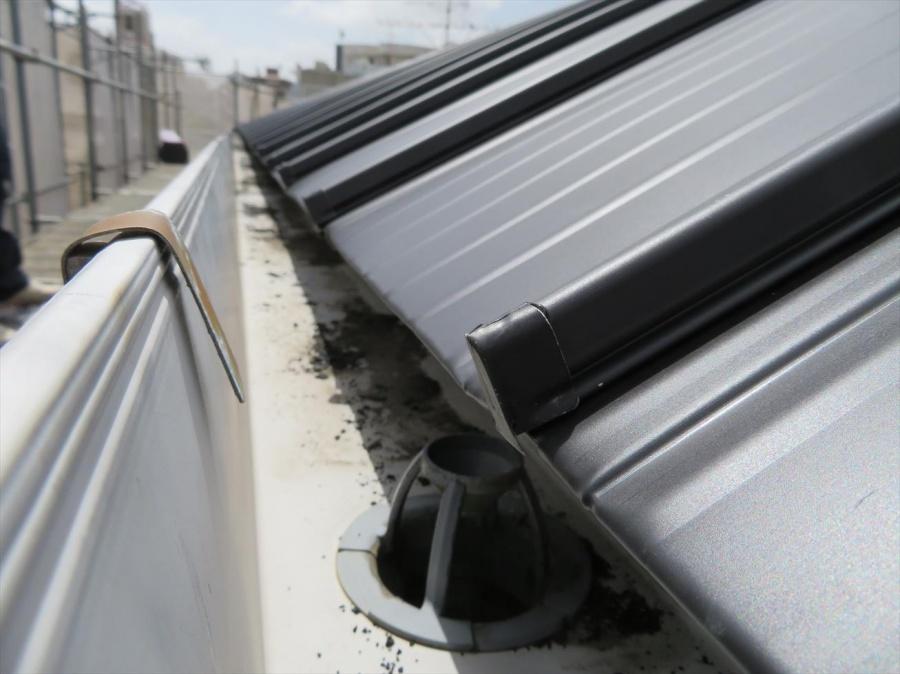 カバー工事で仕上がったJFEライン立平333をアーチ型屋根の軒先の仕上がり具合とサンバナ取付状況