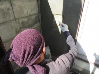 ラス金網は垂直壁面にモルタルが左官された後も、しっかりと同じ位置に留まるために必要な建材です。鉄筋コンクリートの鉄筋と同じ役割を果たします。