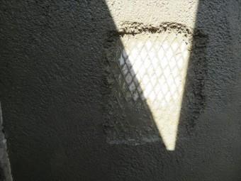 仕上がる前のモルタル外壁内部を見ると、防水紙とラスが張り巡らされている事が分かる
