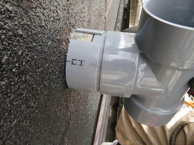 ストレート管をCクリップにすれば固定継ぎ手が入らない場所でも雨どいは継ぐことが出来る