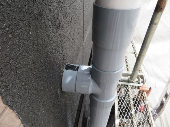 Cクリップの内側にはたっぷりの接着剤を塗布し、上端の割れ目には変成シリコンを充填する