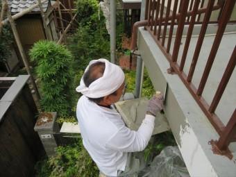 深い亀裂や補修痕が残るモルタル外壁はごく薄くモルタルをしごいて整えると痕跡が消える
