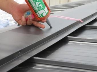 屋根材お表面からビスを脳天打ちする場合は必ずコーキングで止水処置をする
