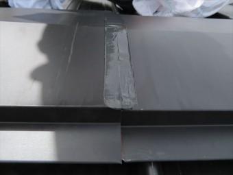 大棟包みの平板部表面にもコーキングを施す