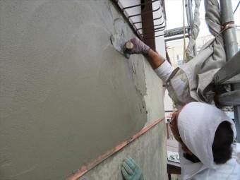 大きな傷跡が残るモルタル外壁の表面を薄いモルタルで整形すると外壁塗装後にその痕跡がきえてしまう