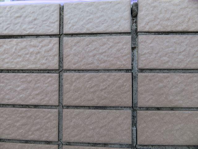 タイル目地のモルタルは水分を吸収するので、タイル壁は完全な防水外壁ではない