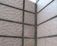 外壁タイルの内部に雨水が入り込み雨漏りする箇所は、目地にできた亀裂が多い。
