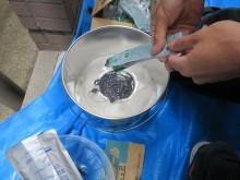 ポリサルファイド系コーキング材は主剤、硬化剤に、目的の色を出すためのカラーマスターを加えて撹拌します